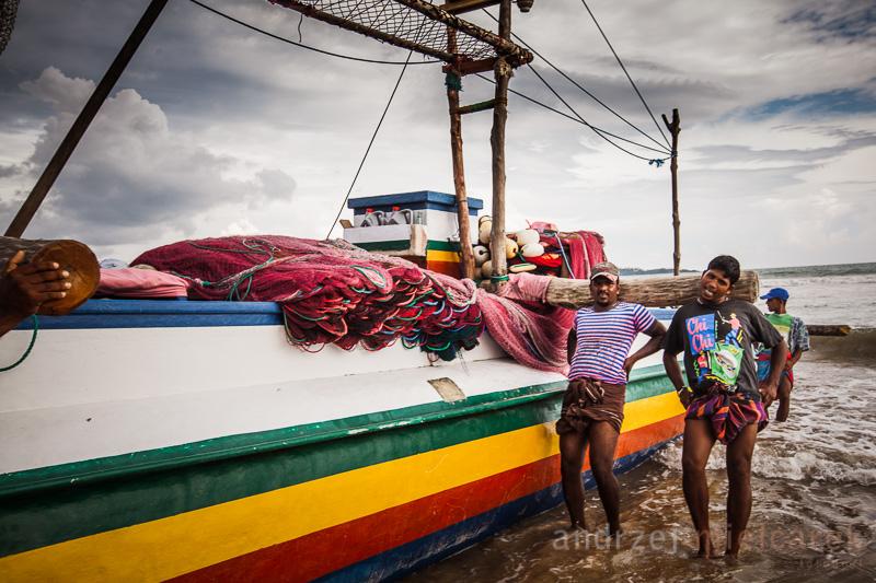 Wypychanie łodzi rybackiej na plaży w Weligama
